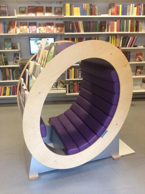 本棚を横から見るとドーナツ型!この中で本を読む子どももよく見かけるとか!