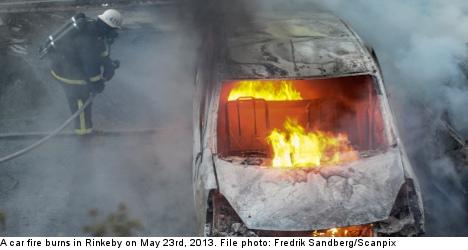 燃える車を消火している消防士