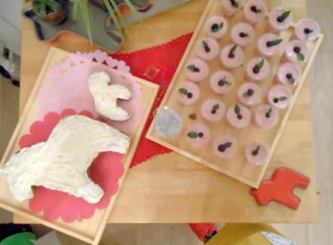 写真:ダーラナホース型のキャロットケーキ