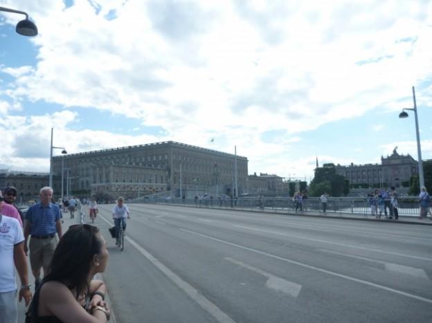 写真:パレードルート、橋の上。奥に見えるのは王宮です。