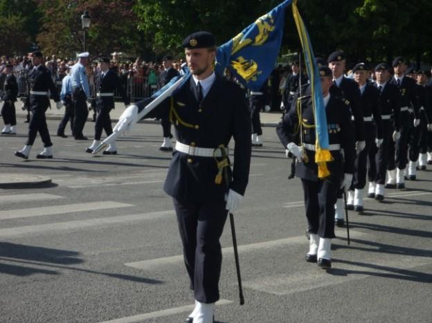 写真:ハンサムな兵隊さんに先導される行進