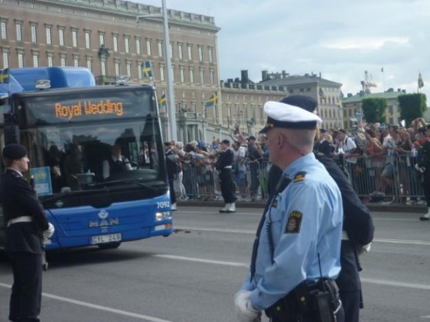 写真:送迎バスにはなんと王族も!