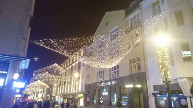 クリスマス前、イルミネーションが飾られたオウルの中心地