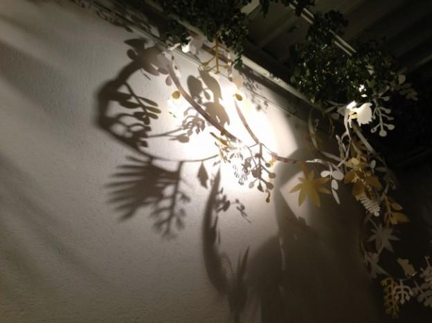 写真:光と影でミッドサマーの森を演出