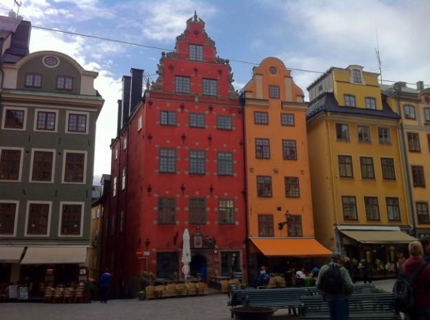 広場に建つカラフルな建物たち