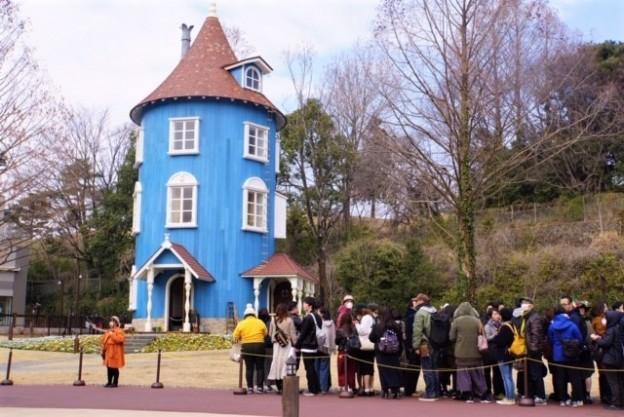 ムーミン屋敷の入場に並ぶ人々
